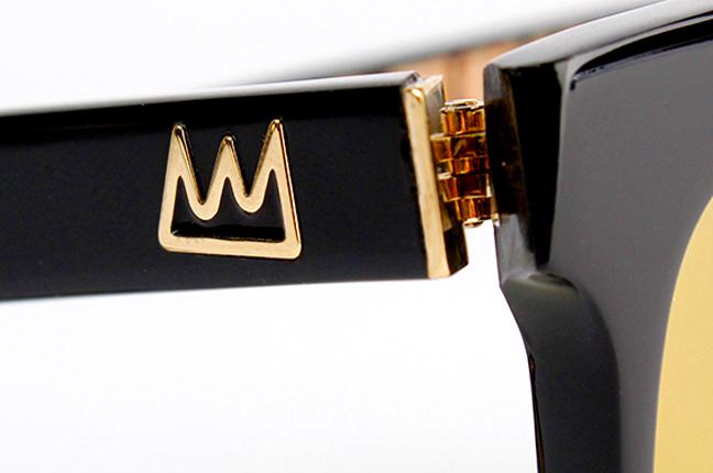 I modelli della collezione Jean-Michel Basquiat degli occhiali Etnia Barcelona hanno un denominatore comune: l'emblematica corona – eredità artistica del writer statunitense – inserita sia sul frontale sia sulle stanghette