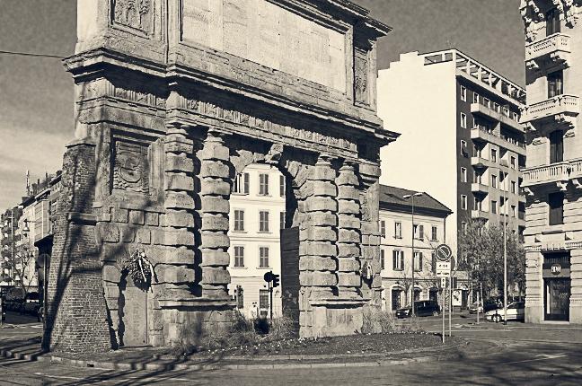 Una vecchia fotografia del monumento di Porta Romana, storico simbolo dell'omonima piazza milanese vicinissima a Ottica Galuzzi