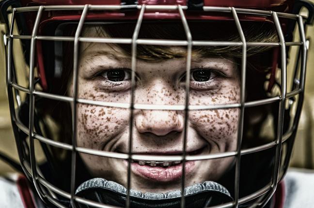 Un ragazzo indossa le lenti a contatto morbide per praticare attività sportiva