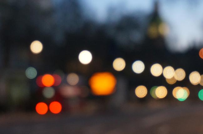 Un'immagine sfuocata che simula la visione di un occhio affetto da miopia