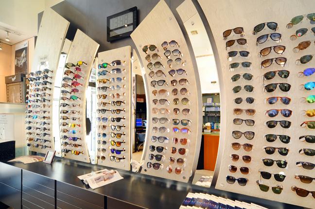 Una fotografia scattata all'interno dello showroom di Ottica Galuzzi; nella fotografia si vedono numerosi modelli di occhiali in esposizione