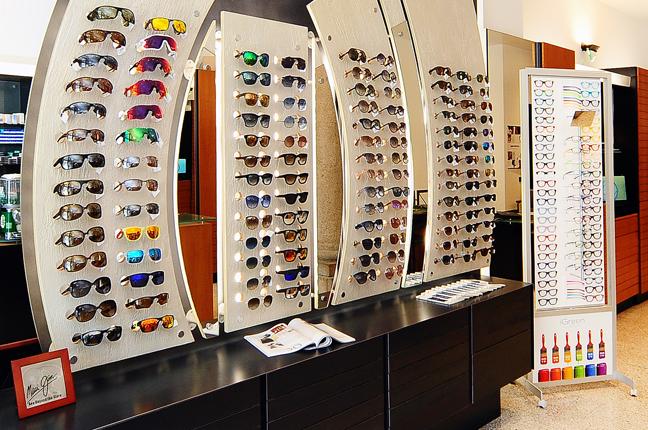 Un'altra fotografia scattata all'interno dello showroom di Ottica Galuzzi; nella fotografia si vedono numerosi modelli di occhiali in esposizione
