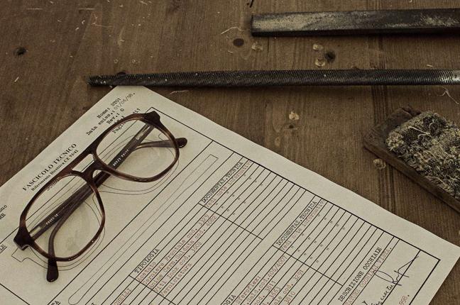 Alcuni materiali e reperti originali della vecchia fabbrica degli occhiali Foves