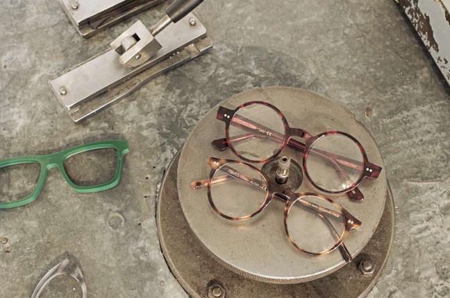 Due modelli di occhiali Foves che hanno ultimato il ciclo produttivo