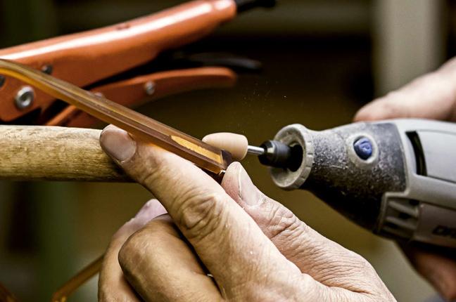Un artigiano applica le cerniere originali a un occhiale Foves