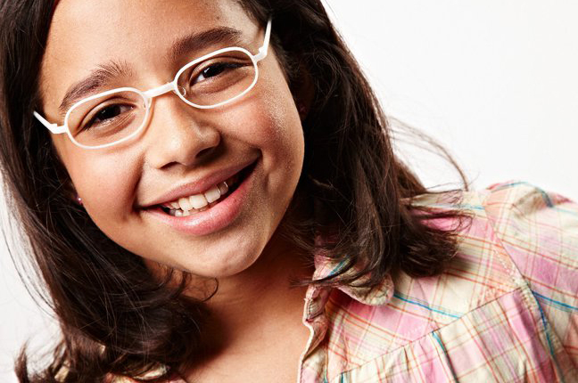 Una bambina indossa un paio di occhiali Swissflex