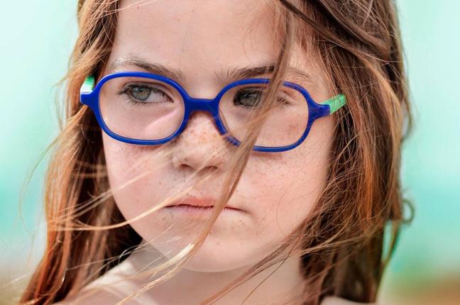 Una bambina indossa un paio di occhiali Etnia Barcelona
