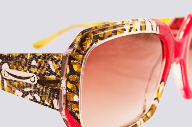 Gli occhiali Re sono fatti a mano e, all'interno della montatura, sfoggiano un tessuto colorato che rende ogni modello irripetibile