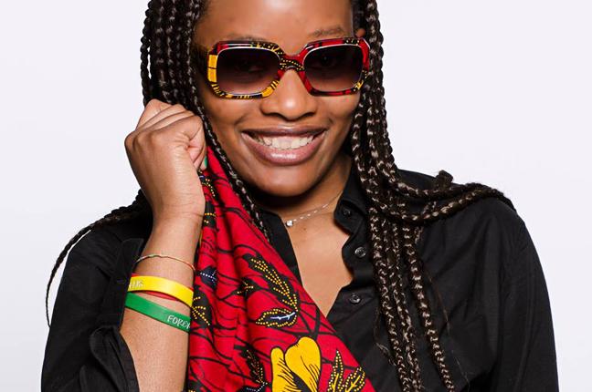 Una ragazza indossa un modello degli occhiali Re e mostra il particolare tessuto utilizzato per realizzarlo