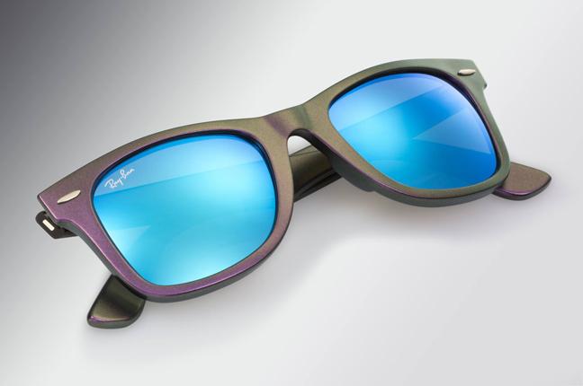 """Il modello che Ray-Ban ha rinfrescato con una montatura dai colori sfumati: occhiali da sole """"Wayfarer"""""""