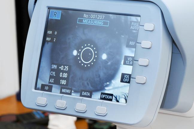 Un primo piano del retinografo di Ottica Galuzzi con tutte le opzioni dello schermo messe a disposizione dall'elevata tecnologia dello strumento