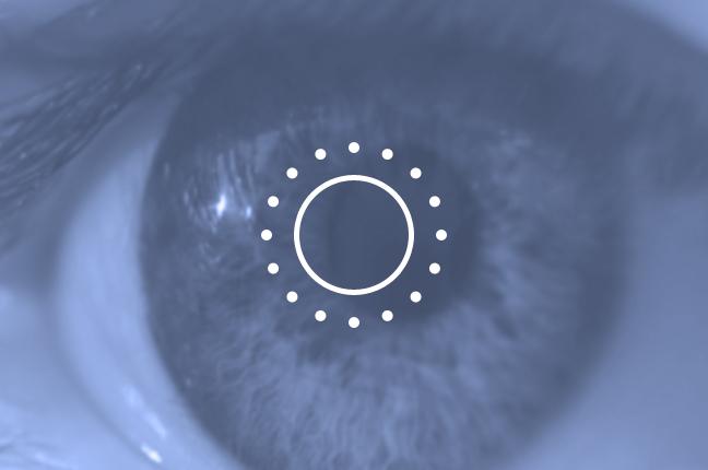 Una simulazione d'uso del retinografo, che acquisisce l'immagine del fondo oculare