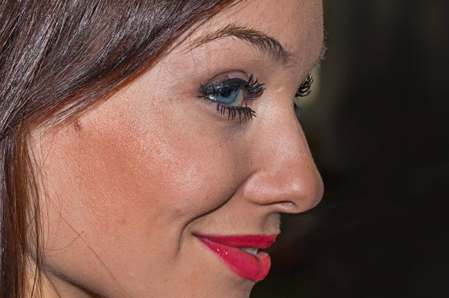 Una ragazza indossa le lenti a contatto semirigide