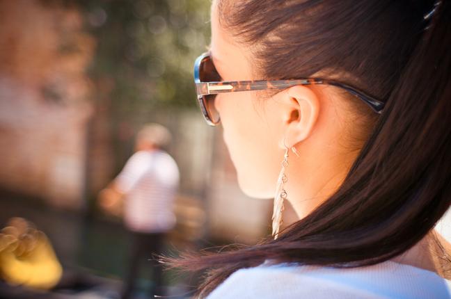 Una ragazza indossa un paio di occhiali da sole acquistati da Ottica Galuzzi