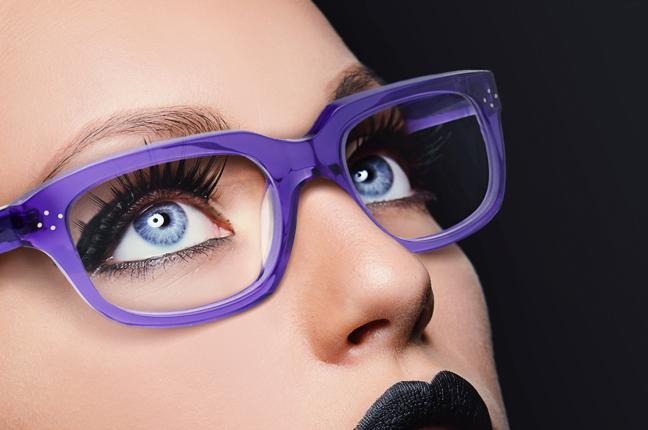Una ragazza indossa un paio di occhiali da vista Philosopheyes