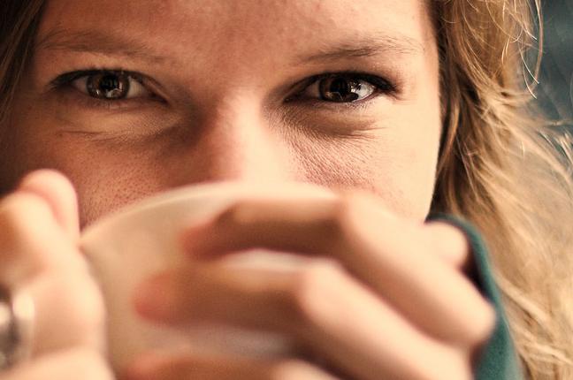 Una ragazza indossa le lenti a contatto; la topografia corneale è utile per chi utilizza le lenti a contatto proprio per valutare le lenti per loro più idonee