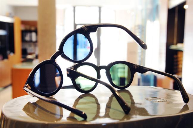 Una fotografia scattata all'interno dello showroom di Ottica Galuzzi; nella fotografia ci sono un paio di modelli di occhiali G-Star Raw