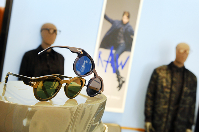 Un'altra fotografia scattata all'interno dello showroom di Ottica Galuzzi; nella fotografia ci sono un paio di modelli di occhiali G-Star Raw
