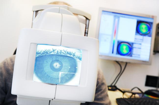 Il topografo di Ottica Galuzzi sta analizzando lo stato di curvatura della superficie corneale di un cliente