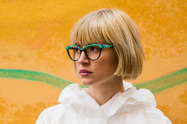 Una bella ragazza indossa gli occhiali da vista O-Six