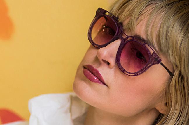 Una bella ragazza indossa gli occhiali da sole O-Six