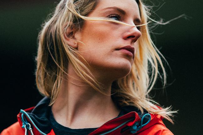 Una ragazza indossa le lenti a contatto quindicinali durante una vacanza in montagna