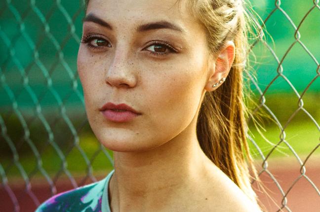 Una ragazza indossa le lenti a contatto mensili nella vita di tutti i giorni