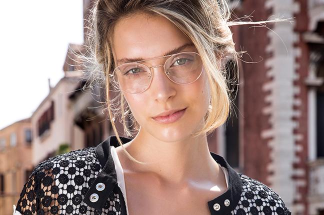 Una ragazza indossa occhiali da vista Joystar