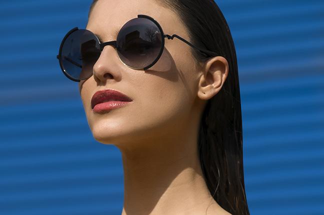 Una ragazza indossa occhiali da sole Joystar