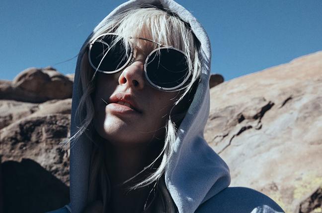 """Una ragazza indossa il modello """"VISTA"""" degli occhiali da sole Stealer"""