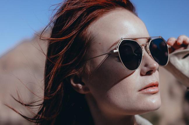 """Una ragazza indossa il modello """"BEAM"""" degli occhiali da sole Stealer"""