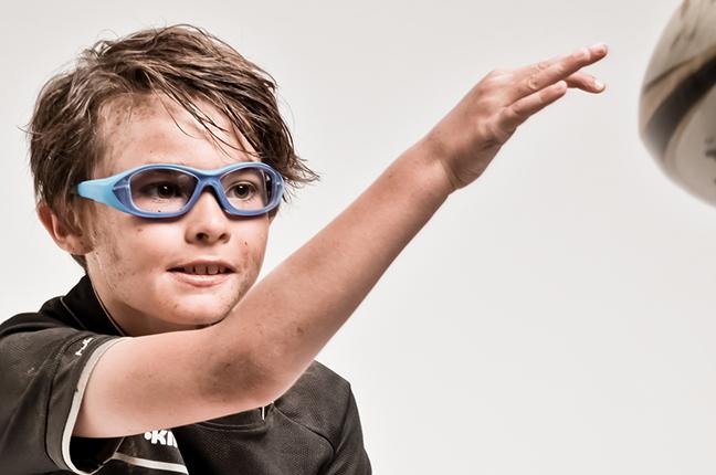 """Un bambino indossa occhiali Bollé appartenenti alla collezione """"SPORT PROTECTIVE"""""""