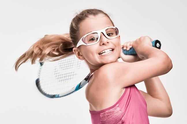 """Una bambina indossa occhiali Bollé appartenenti alla collezione """"SPORT PROTECTIVE"""""""