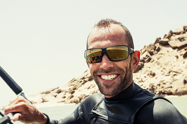 Un kitesurfer indossa occhiali da sole Bollé
