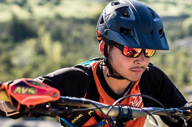 Un motociclista indossa occhiali da sole Bollé