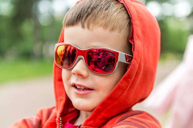 """Un bambino indossa il modello """"S'TRIKE"""" degli occhiali da sole Cébé"""