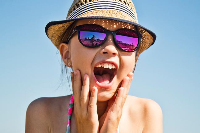 """Una bambina indossa il modello """"ELLA"""" degli occhiali da sole Cébé"""