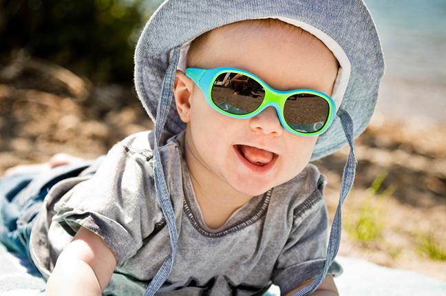 """Un bambino indossa il modello """"S'KIMO"""" degli occhiali da sole Cébé"""