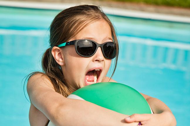 """Una bambina indossa il modello """"KATNISS"""" degli occhiali da sole Cébé"""