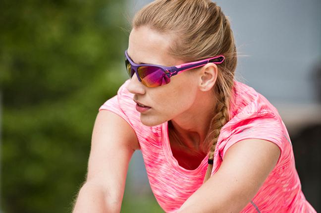 """Una runner indossa il modello """"S'PRING"""" degli occhiali da sole Cébé"""
