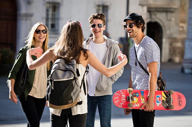 Alcuni ragazzi indossano occhiali da sole Cébé nel tempo libero