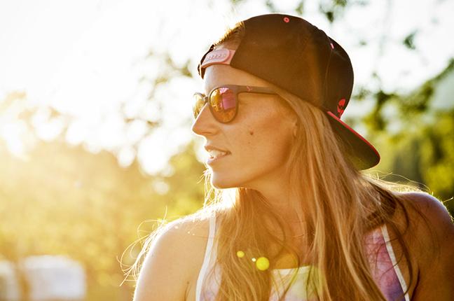 """Una ragazza indossa il modello """"SUNRISE"""" degli occhiali da sole Cébé"""