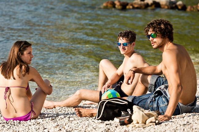 Alcuni ragazzi indossano occhiali da sole Cébé sulla spiaggia