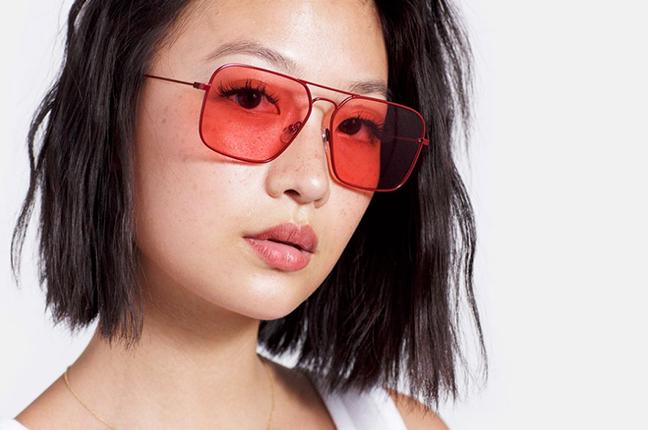 """Una ragazza indossa il modello """"Iggy Amaranth"""" degli occhiali SUPER by Retrosuperfuture®"""