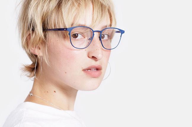 """Una ragazza indossa il modello """"Numero 37 Blue"""" degli occhiali SUPER by Retrosuperfuture®"""