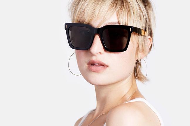 """Una ragazza indossa il modello """"Aalto Francis Black Gold"""" degli occhiali SUPER by Retrosuperfuture®"""