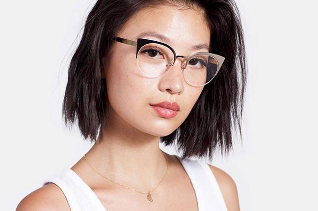 """Una ragazza indossa il modello """"Numero 39 Oro"""" degli occhiali SUPER by Retrosuperfuture®"""