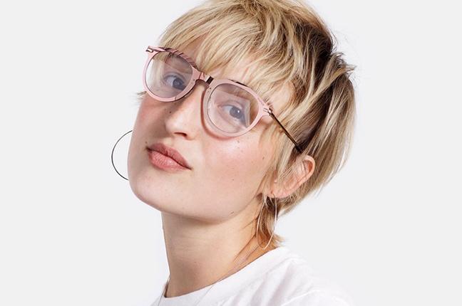 """Una ragazza indossa il modello """"Tuttolente Numero 01 Rosa"""" degli occhiali SUPER by Retrosuperfuture®"""