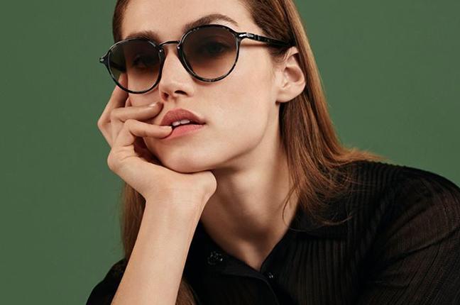 """Una ragazza indossa il modello da sole """"PO3184S"""" degli occhiali Persol, appartenente alla collezione """"Combo Evolution"""""""