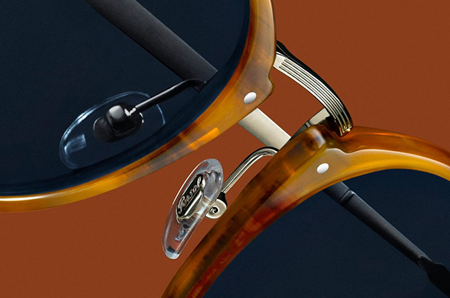 """Il dettaglio del modello da sole """"PO3166S"""" degli occhiali Persol, appartenente alla collezione """"Calligrapher Edition"""""""